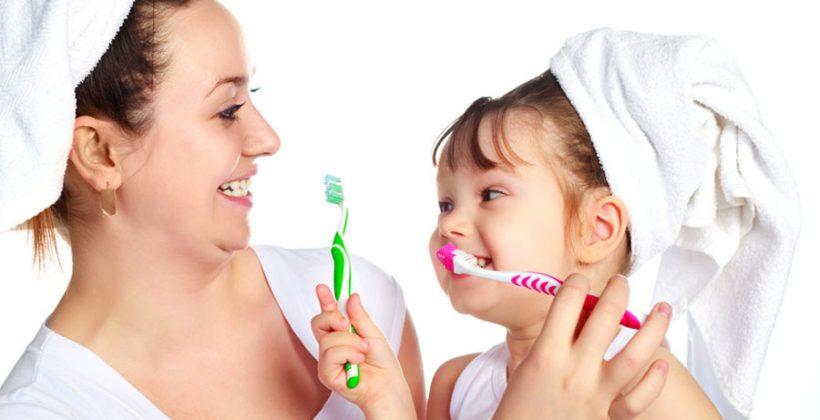 Los hábitos de cuidado dental de los niños deben empezar por casa